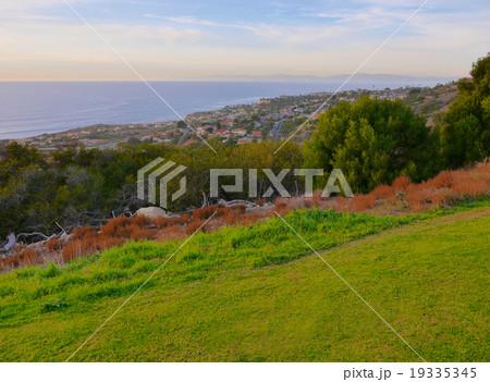 ゴルフ場からみたロサンゼルスのパレスバーデス半島の家並み 19335345