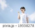 ガッツポーズをする看護師(空背景) 19338278