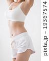 スポーツウエアの若い女性 19367574