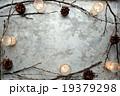 枯枝と松かさとキャンドル フレーム 19379298