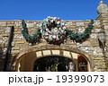 伊豆高原ステンドグラス美術館入口のリース飾り 19399073