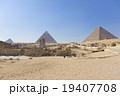 エジプトギザのピラミッドとスフィンクス 19407708