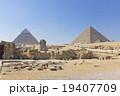 エジプトギザのピラミッドとスフィンクス 19407709