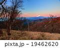 明け方の丹沢山山頂から富士山を望む 19462620