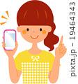 スマートフォンを持つ女性 指差し 気づき 19464343