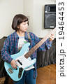 ベースギターを弾く女の子 19464453