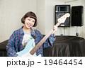ベースギターを持つ女の子 19464454