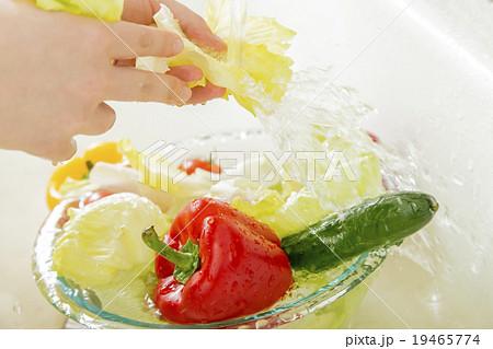 水道で野菜を洗うイメージ 19465774