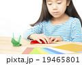 折り紙をする子供 折り紙をする子供の手元 パーツカット ボディパーツ 19465801