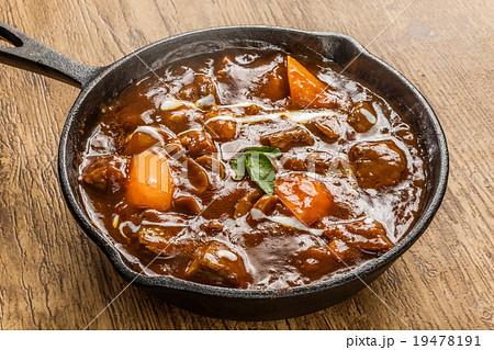 ビーフシチューとスキレット lot of meat beef stew iron pansの写真素材