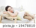 ソファでくつろぐ若い女性 19478810
