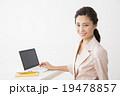 ビジネスイメージ パソコンを操作する若い女性 19478857