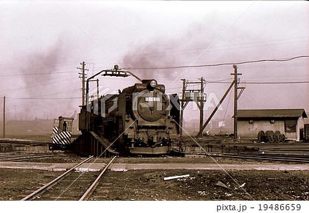 昭和45年北海道長万部機関区での転車台のD52   19486659