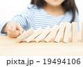 ドミノで遊ぶ子供 積み木遊び パーツカット ボディパーツ 19494106