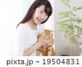 猫をかわいがる女性 19504831