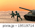 砂漠の兵隊と戦車:Soldiers and a tank in the desert 19519714