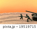 砂漠の兵隊と戦車:Soldiers and a tank in the desert 19519715