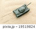 砂漠を走る戦車: Tank in the desert 19519824