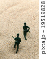砂漠を駆け抜ける兵士: Soldiers running in the desert 19519828