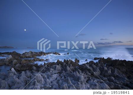 気仙沼市,岩井崎の夕暮,月明かりに映える潮吹岩の吹き上がる波しぶきと月19519841