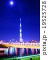 東京スカイツリーと朧月夜 19525728