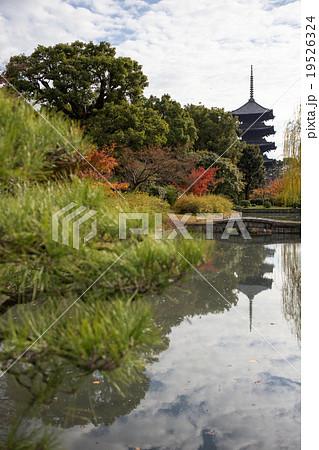 東寺、宝蔵の堀に映じる紅葉と五...