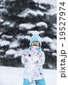 雪で遊ぶ女の子 19527974