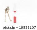 短命にあわてふためくガイコツ:Skeleton on the verge of death 19538107