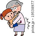シニア孫の持ち上げ 腰の痛み  19538977