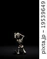 苦悩にさいなむガイコツ:Skeleton suffering in the dark 19539649