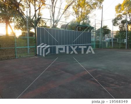 テニスの壁打ち 19568349