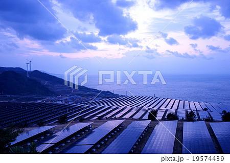大きなソーラーパネルが並ぶ メガソーラー 太陽光発電所 発送電分離 電力自由化 19574439