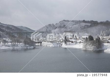 岩手県西和賀町 雪の降る錦秋湖と西和賀町市街 19577948