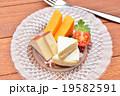 チーズ(スモークチーズ、レッドチェダーチーズ、カマンベールチーズ)3種盛り合わせ。 19582591