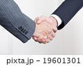 ビジネスマン 握手 手の写真 19601301