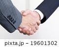 ビジネスマン 握手 手の写真 19601302