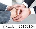 ビジネスマンの握手シーン 19601304