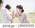 赤ちゃんと女性(屋外) 19605930