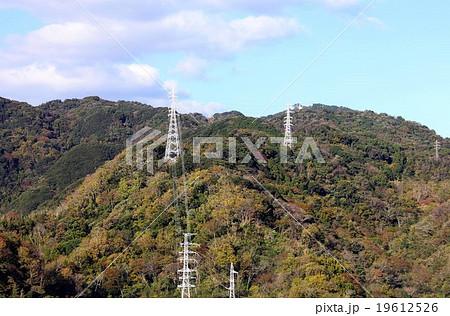 伊豆半島の山間部に張られた高圧送電線 19612526
