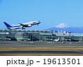 羽田空港を出発する飛行機 19613501