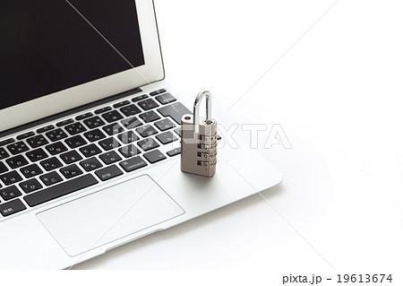パソコンと南京錠 オフィスセキュリティ 19613674