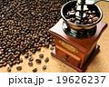 ベトナム産のコーヒー豆を挽く 19626237