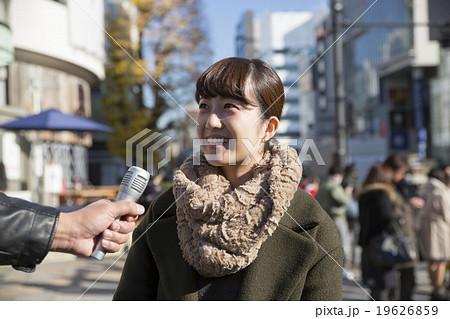 街頭インタビューを受ける若い女性 街中雑踏 東京原宿表参道の写真素材 ...
