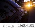 夕日と車のボディライン 19634153