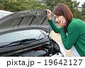女性 車 故障の写真 19642127