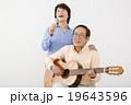 音楽で楽しむシニア男女 19643596