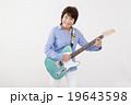 エレキギターを演奏して楽しむシニア女性 19643598