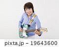 エレキギターを演奏して楽しむシニア女性 19643600