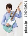 エレキギターを演奏して楽しむシニア女性 19643601