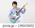 エレキギターを演奏して楽しむシニア女性 19643602